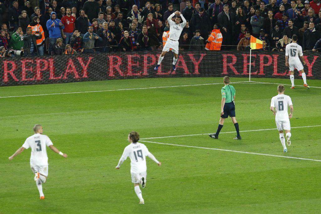 La-joie-Cristiano-Ronaldo-rejoint-coequipiers-apres-contre-Barca-2-avril-2016-Camp-Nou_1_1400_933