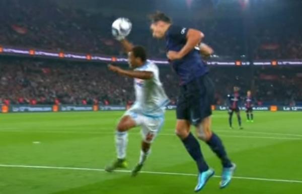 Ici, on peut voir la bâche énormissime de Rolando sur Zlatan