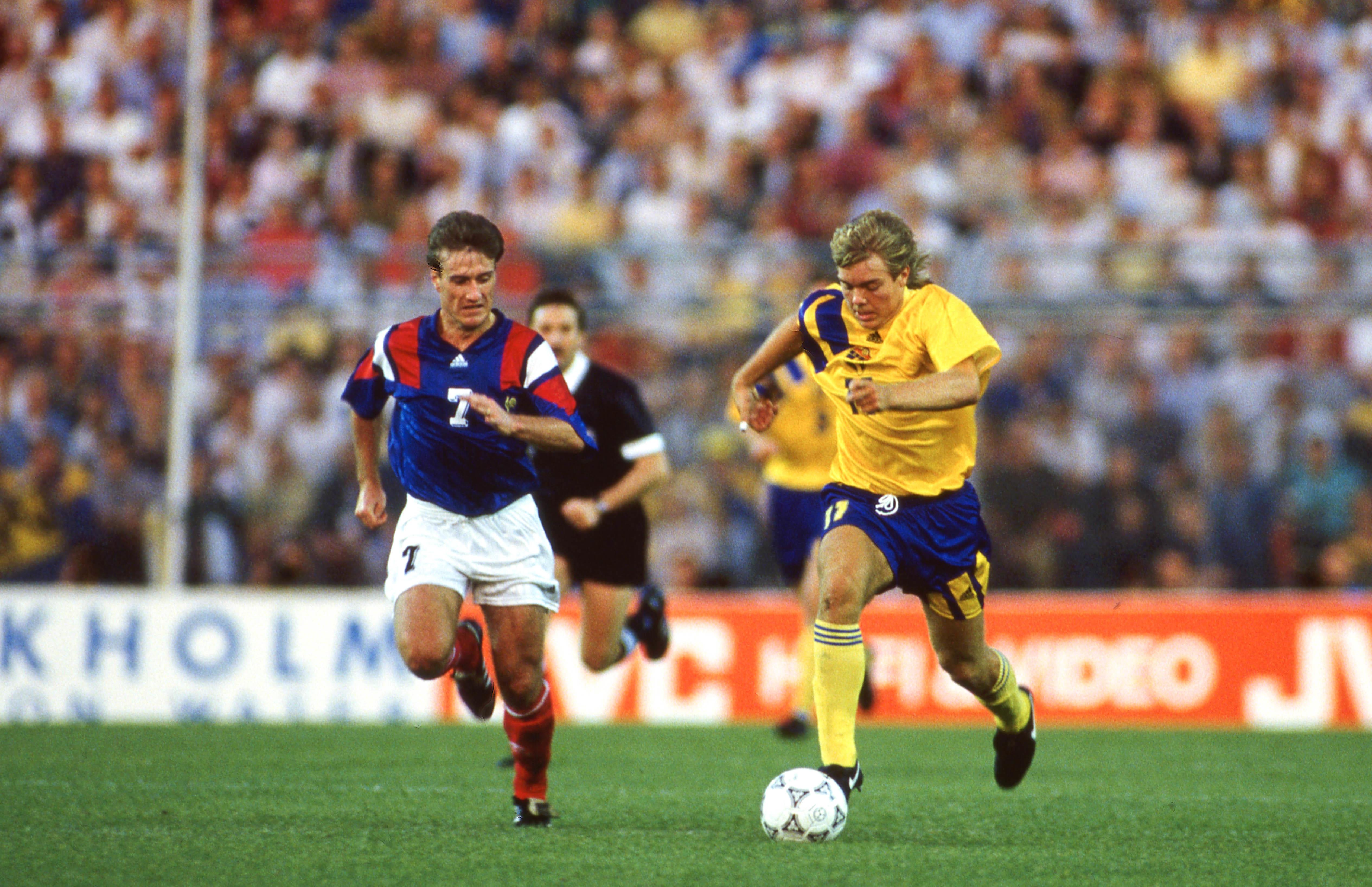 Thomas Brolin au duel avec un certain Didier Deschamps, à l'Euro 1992