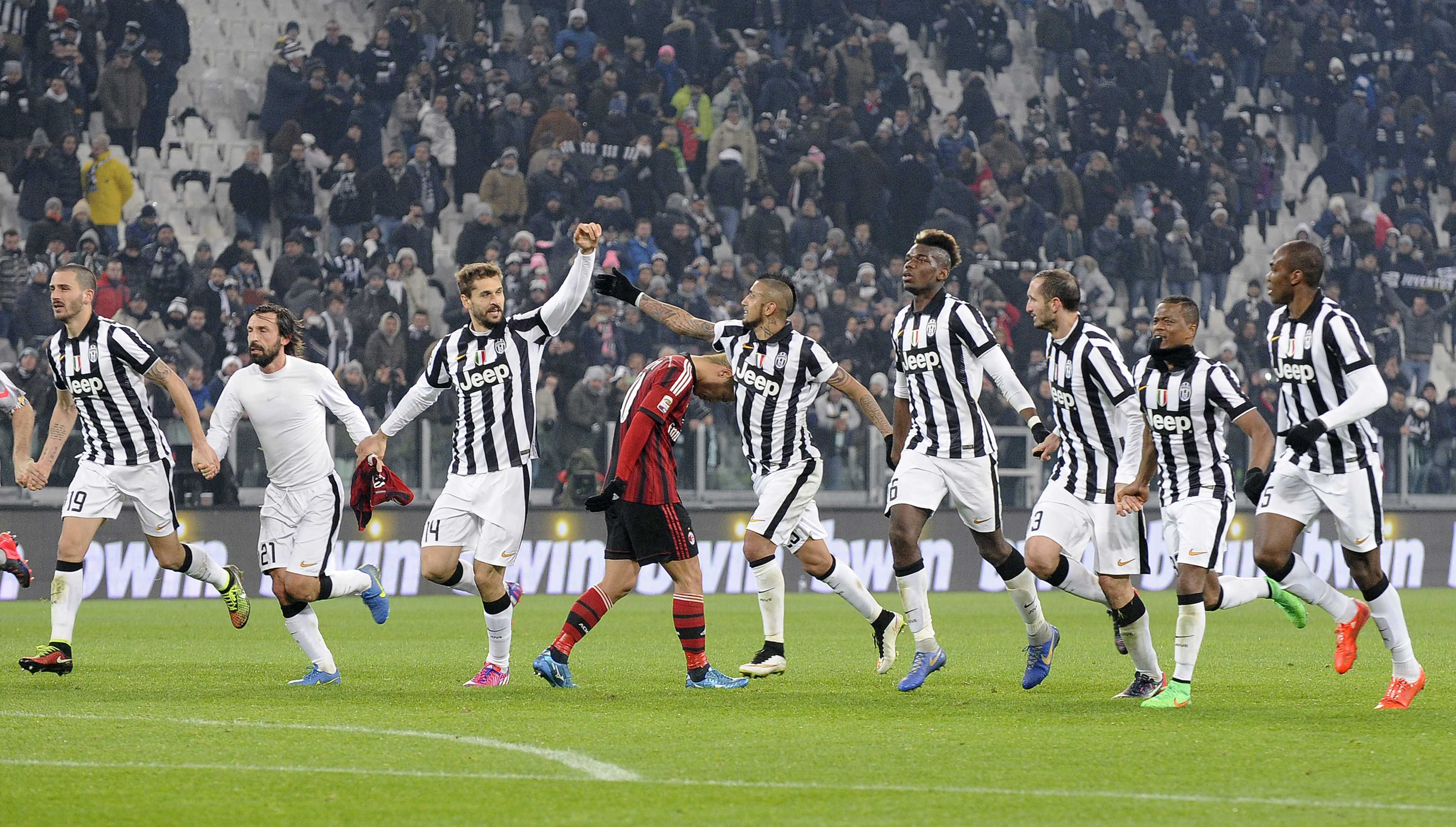 Juventus' players celebrates their win by AC Milan's Keisuke Honda (C) at the end of their Italian Serie A soccer match at Juventus Stadium in Turin, February 7, 2015. REUTERS/Giorgio Perottino (ITALY - Tags: SPORT SOCCER)