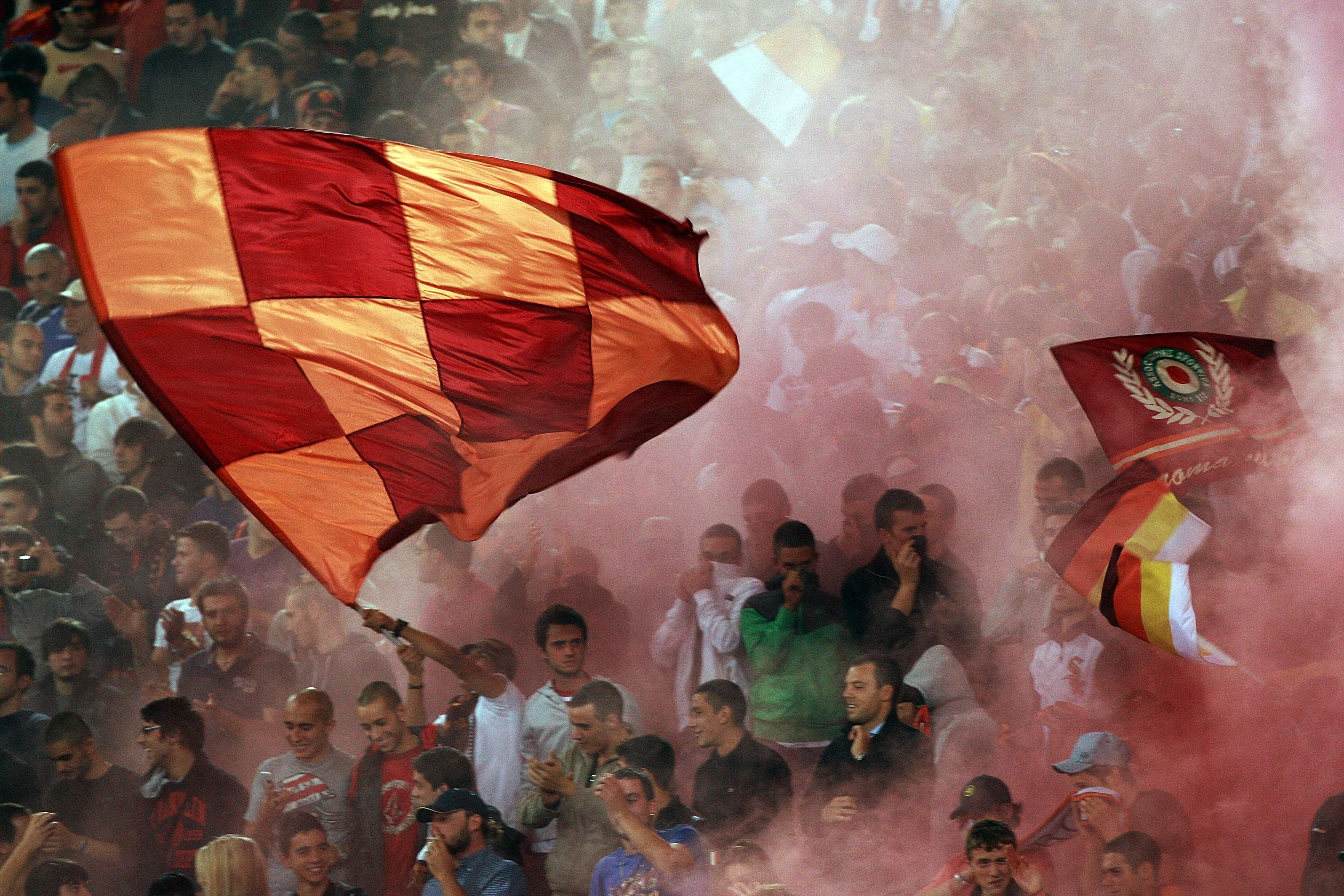 ROME - SEPTEMBER 25: Fans of AS Roma support their team during the Serie A match between AS Roma and FC Internazionale Milano at Stadio Olimpico on September 25, 2010 in Rome, Italy.  (Photo by Paolo Bruno/Getty Images)