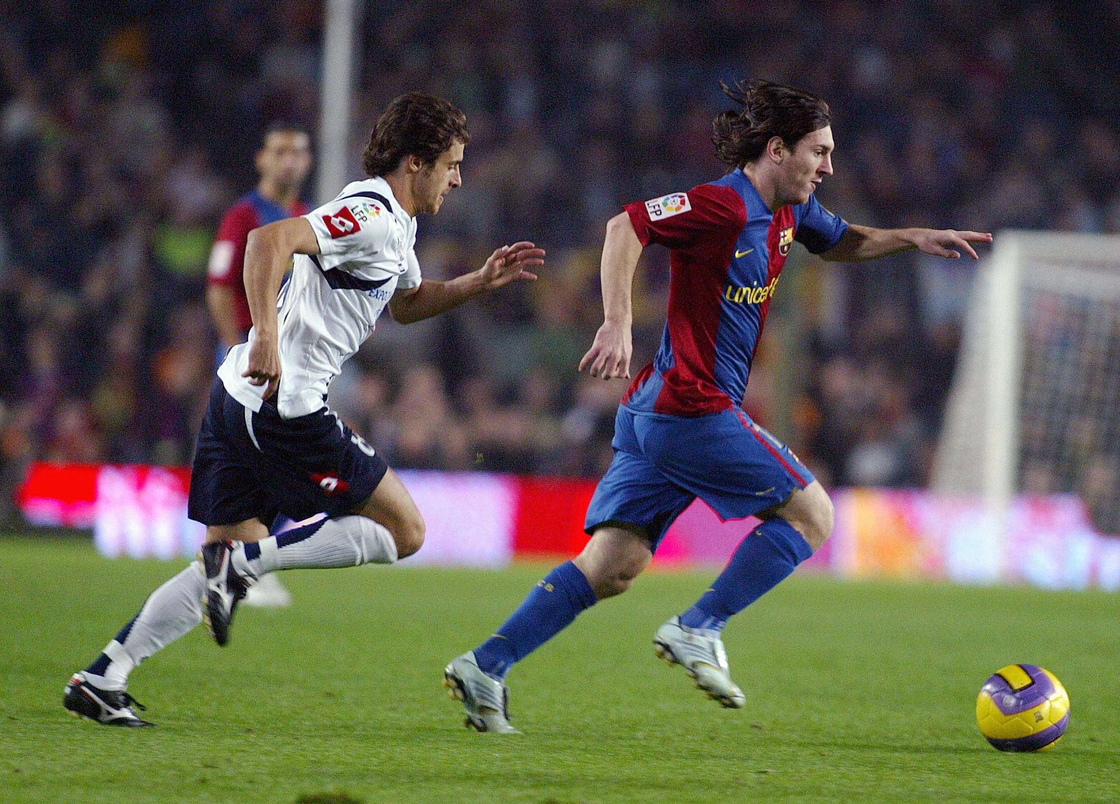 Barcelona, SPAIN:  Barcelona's Argentine Leo Messi (R) vies with Zaragoza's Pablo Aimar of Argentina (L) during their Spanish League football match at the Camp Nou Stadium in Barcelona, 12 November 2006. AFP PHOTO/CESAR RANGEL  (Photo credit should read CESAR RANGEL/AFP/Getty Images)
