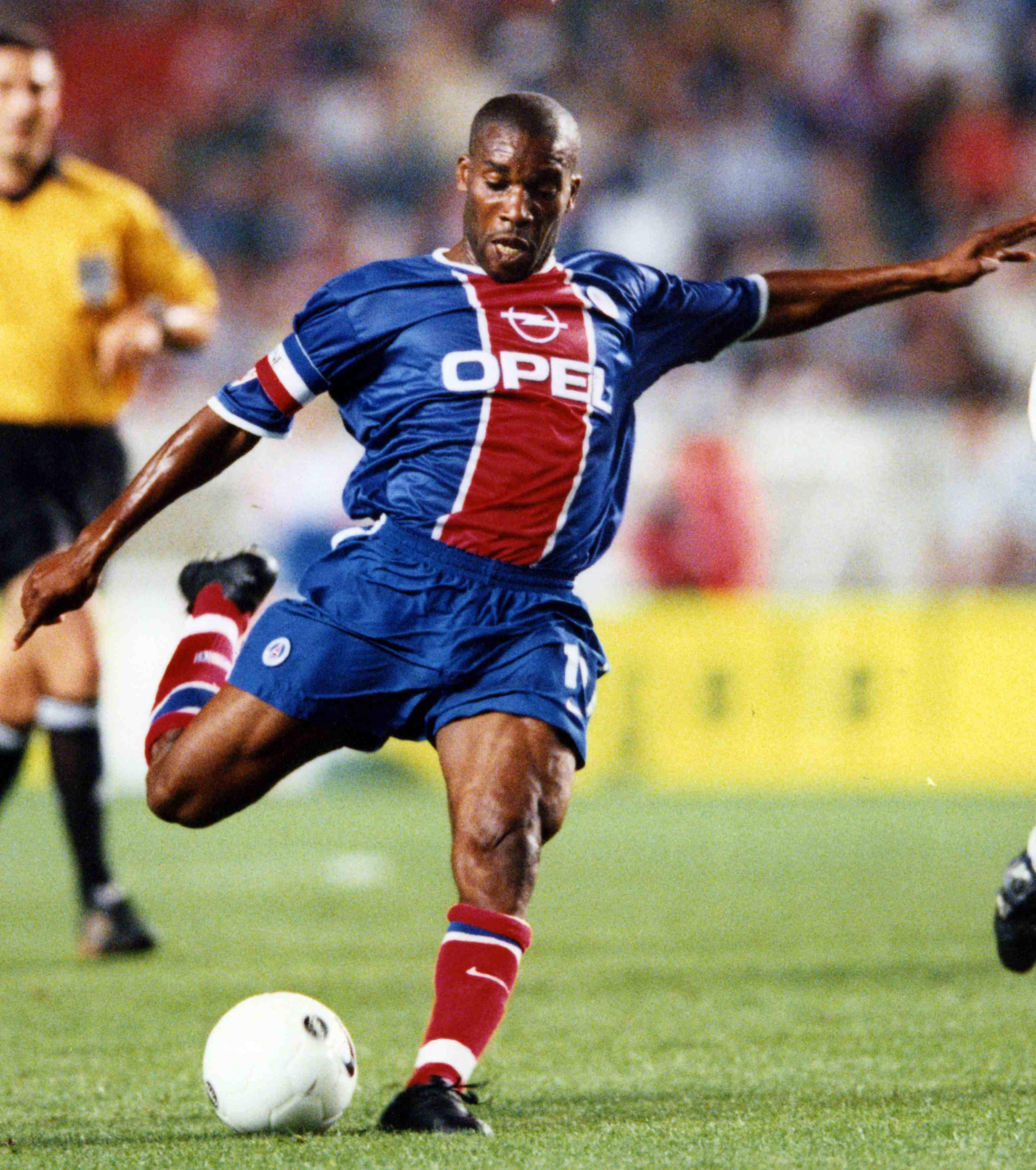 augustine-jay-jay-okocha-en-1998-le-nigerian-passe-de-fenerbahce-au-psg-pour-le-montant-record-a-l-epoque-de-15-5-millions-d-euros-102-m-de-francs_68296_wide