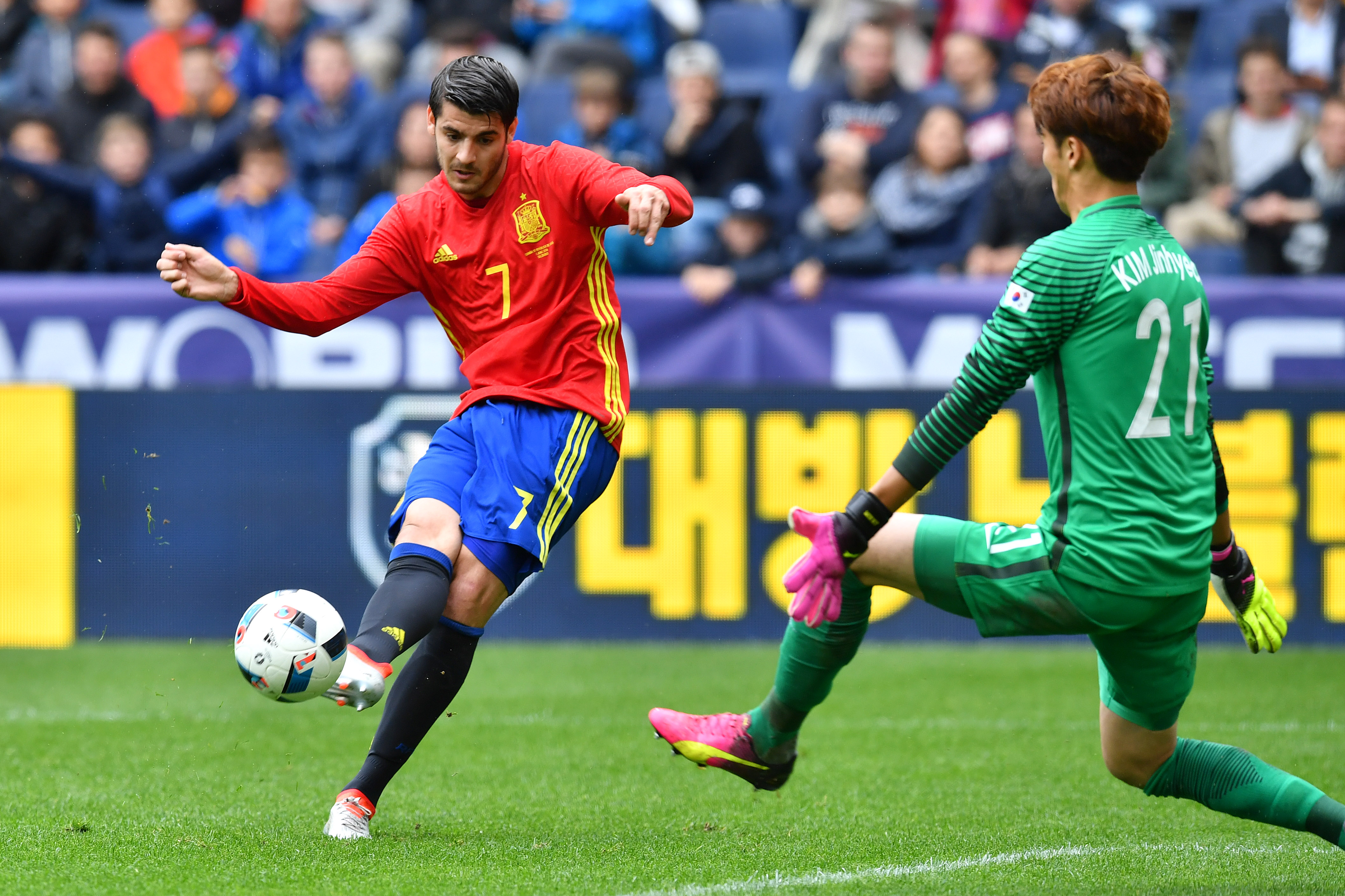 Spain's forward Alvaro Morata and South Korea's goalkeeper Kim Jin-Hyeon vie for the ball during the Euro 2016 friendly football match between Spain and South Korea at Red Bull stadium in Salzburg, Austria on June 1, 2016. / AFP / WILDBILD        (Photo credit should read WILDBILD/AFP/Getty Images)