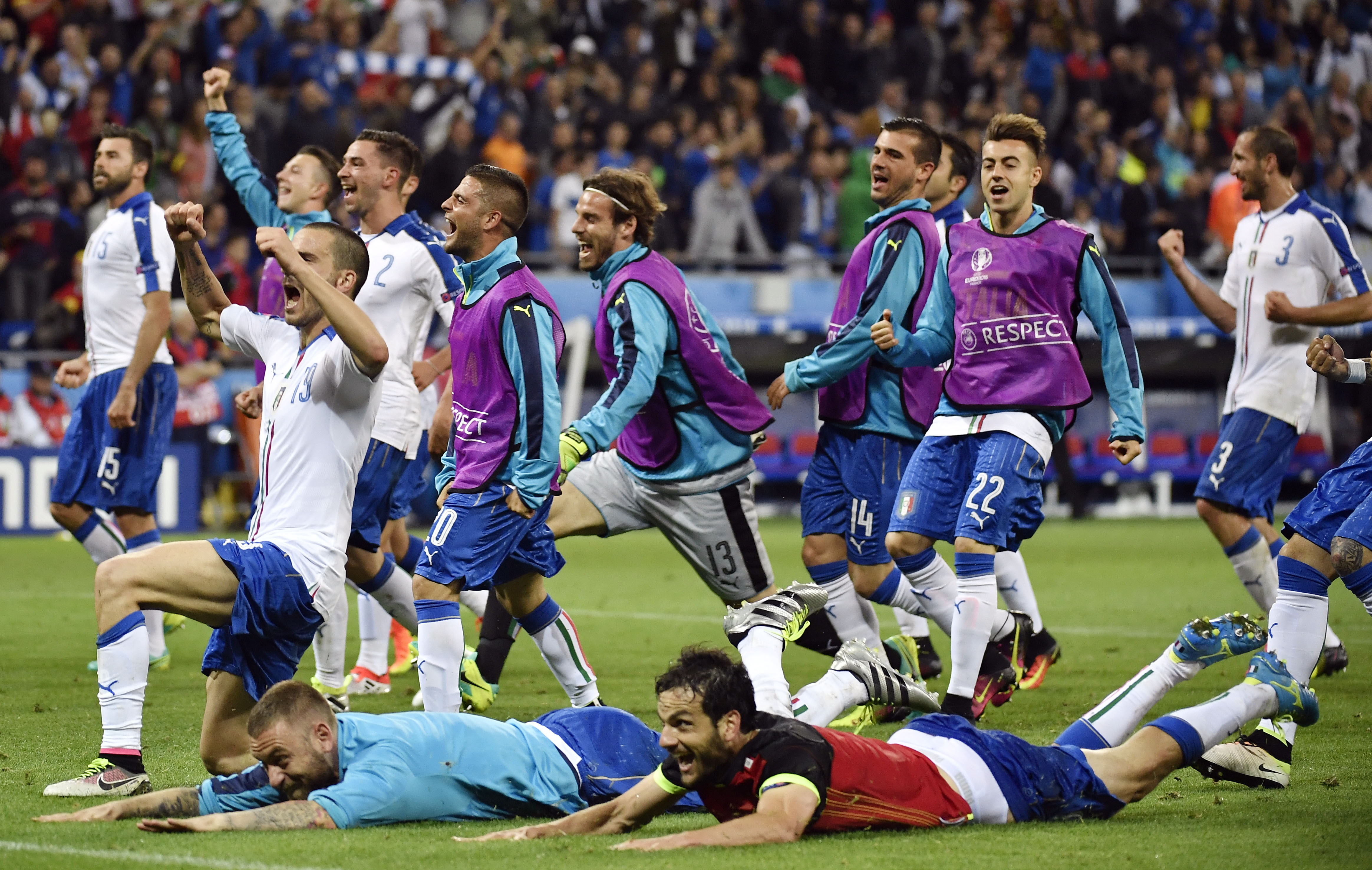 The Italy squad celebrate a 2-0 victory following the Euro 2016 group E football match between Belgium and Italy at the Parc Olympique Lyonnais stadium in Lyon on June 13, 2016. / AFP / jeff pachoud        (Photo credit should read )