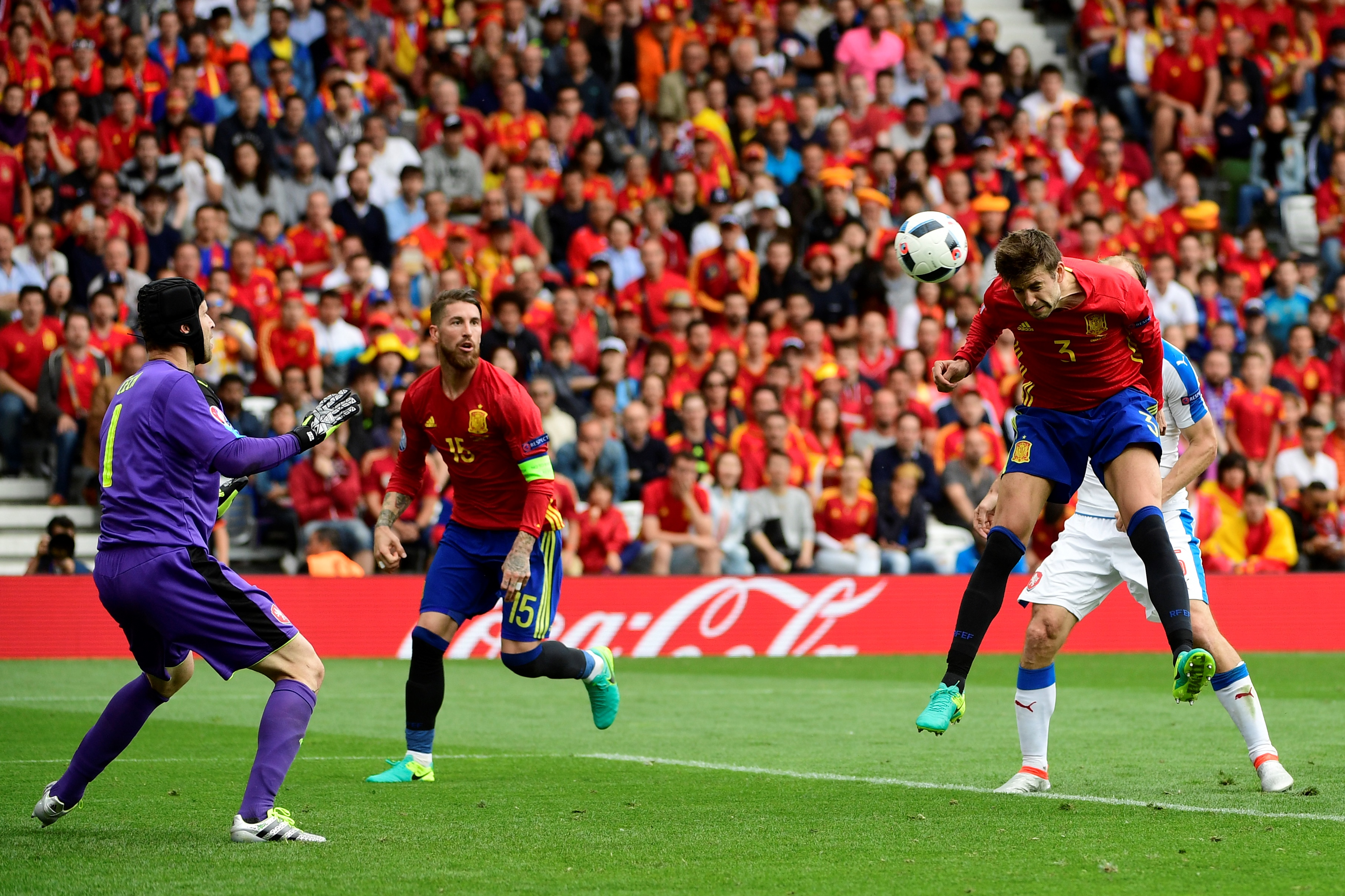 Spain's defender Gerard Pique (R) scores a goal past Czech Republic's goalkeeper Petr Cech (L) during the Euro 2016 group D football match between Spain and Czech Republic at the Stadium Municipal in Toulouse on June 13, 2016. Spain won the match 1-0. / AFP / PIERRE-PHILIPPE MARCOU        (Photo credit should read )