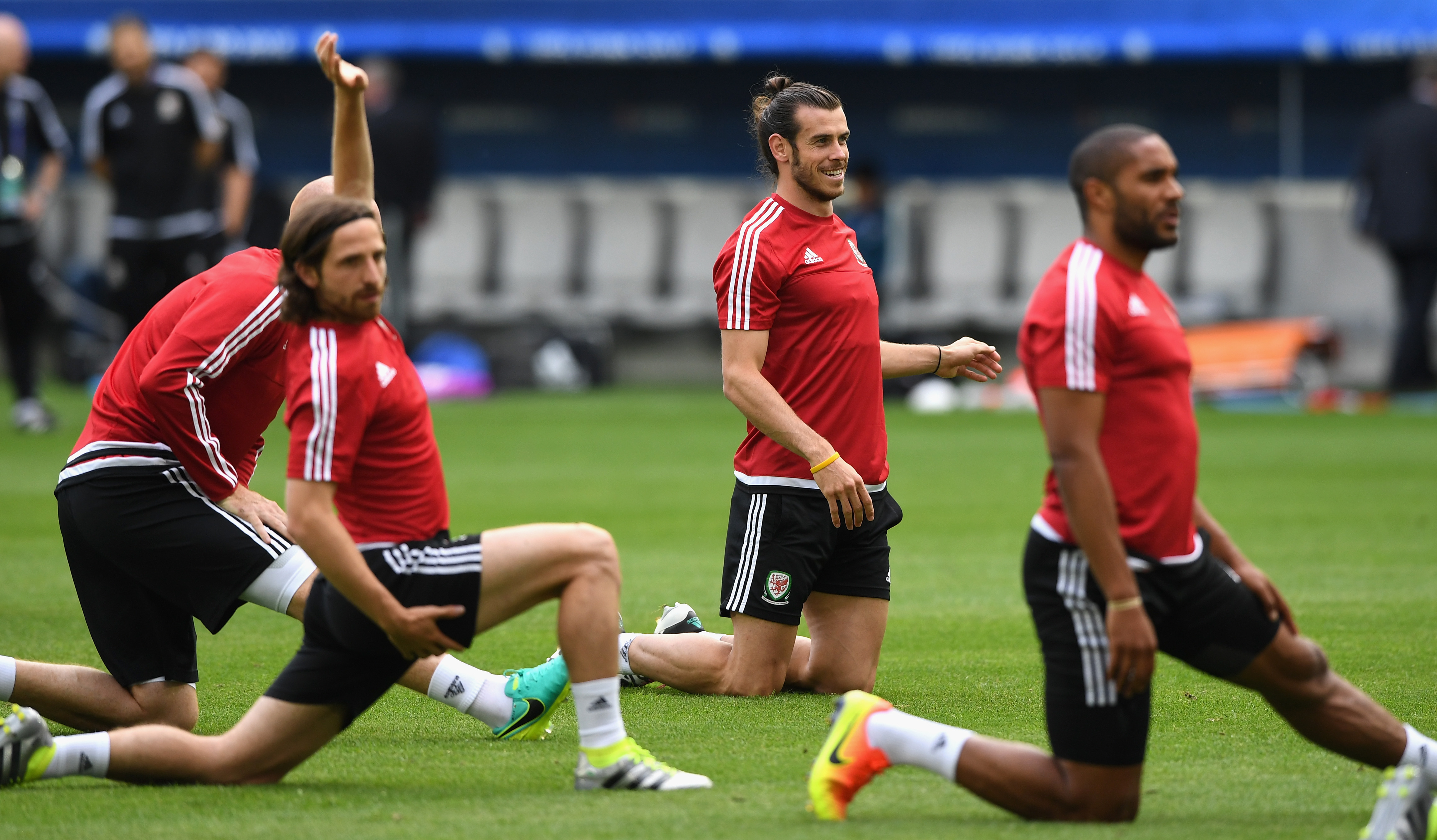 BORDEAUX, FRANCE - JUNE 10:  Wales player Gareth Bale (c) raises a smile as Joe Allen (l) and Ashley Williams stretch during Wales training at Nouveau Stade de Bordeaux ahead of their opening Euro 2016 match against Slovakia  on June 10, 2016 in Bordeaux, France.  (Photo by Stu Forster/Getty Images)